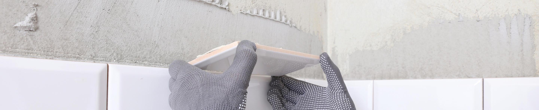 Układanie płytek na ścianie w Łasku